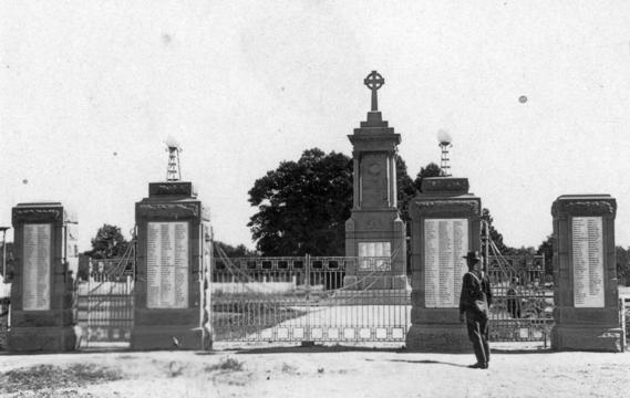 Normal statelibqld 2 213088 warwick war memorial and memorial gates  ca. 1928
